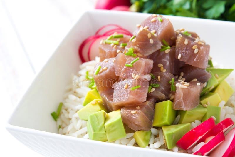 Hawajski tuńczyka potrącenia puchar z avocado, rzodkwiami i sezamowymi ziarnami na drewnie, obrazy royalty free