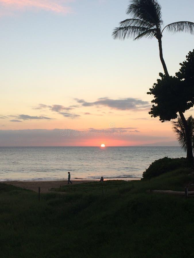 Hawiian-Sonnenuntergang vor Maui lizenzfreies stockfoto