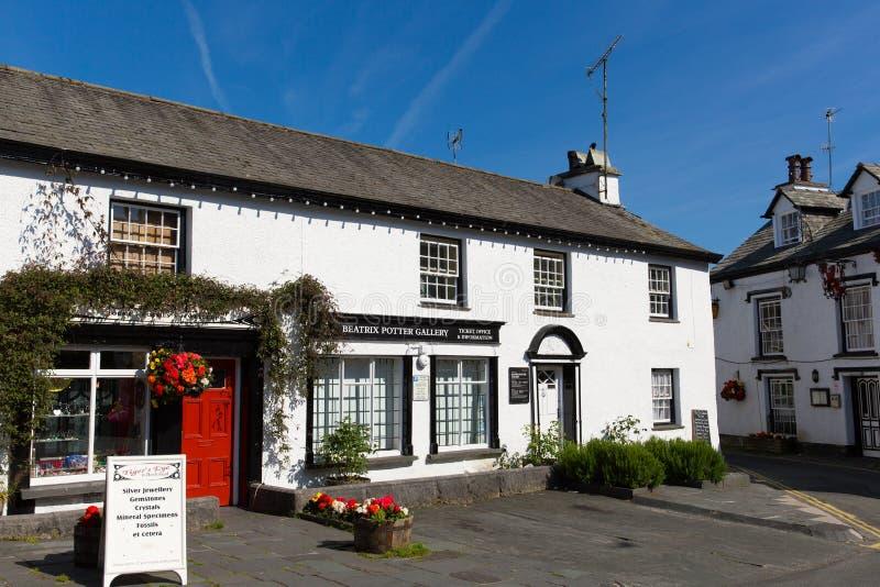 Hawkshead wioska Jeziorny Gromadzki Anglia uk na pięknego pogodnego letniego dnia popularnej turystycznej wiosce obraz royalty free
