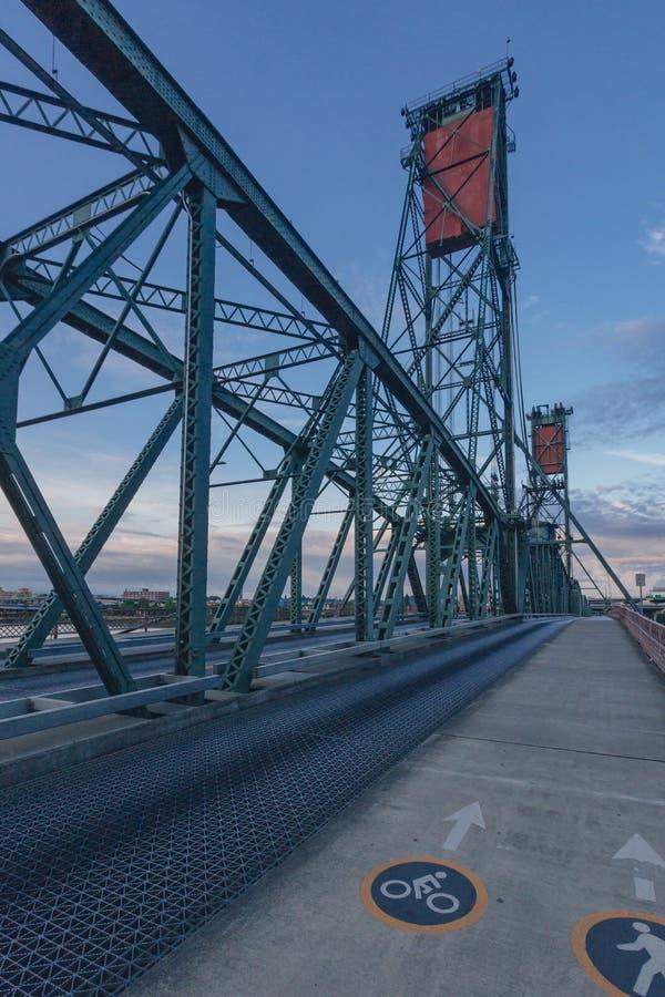 Hawthorne Bridge über Willamette-Fluss bei Sonnenuntergang und seine vertikalen Aufzüge in im Stadtzentrum gelegenem Portland, US stockbilder