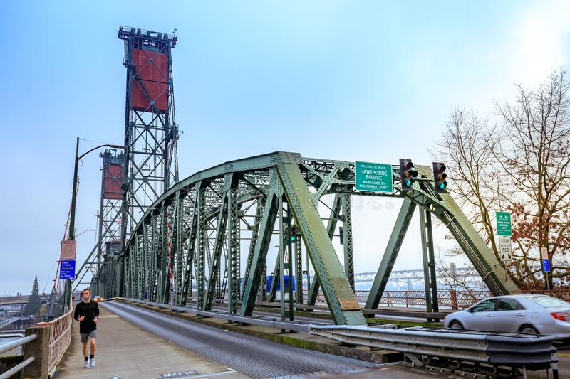 Hawthorne Bridge auf Willamette-Fluss in im Stadtzentrum gelegenem Portland stockbilder