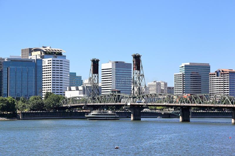 Hawthorne Bridge con el horizonte de Portland, Oregon fotografía de archivo