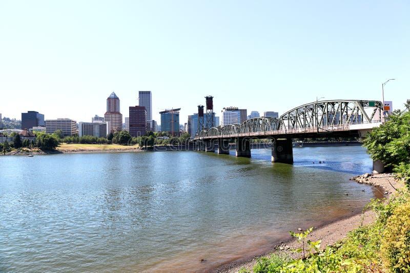 Hawthorne Bridge con el horizonte de Portland, Oregon imagenes de archivo