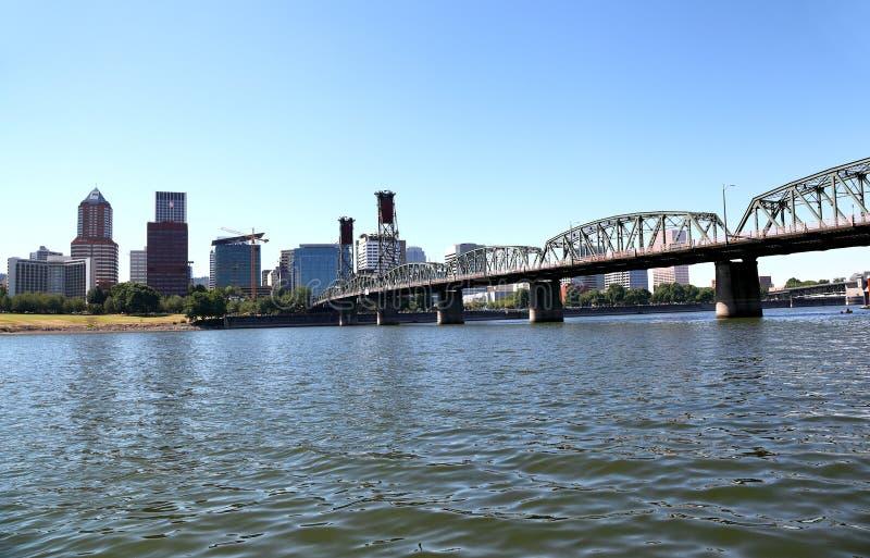 Hawthorne Bridge con el horizonte de Portland, Oregon imagen de archivo