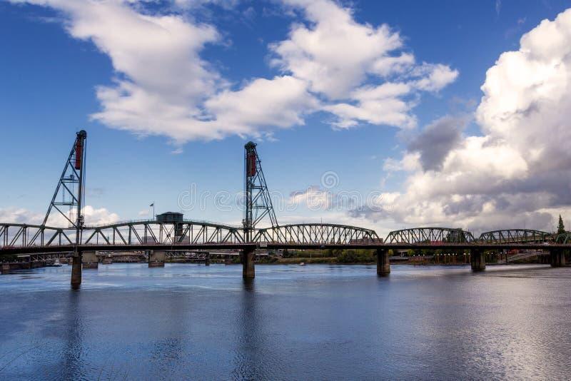 Hawthorne Bridge - en bråckbandbro med en vertikal elevator som spänner över den Willamette floden i Portland, Oregon arkivfoton