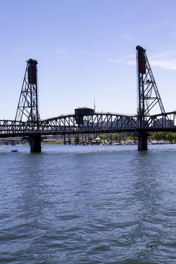 Hawthorne Bridge op Recent Sunny Summer Afternoon op de Willamette-Rivier in Portland Oregon stock afbeeldingen