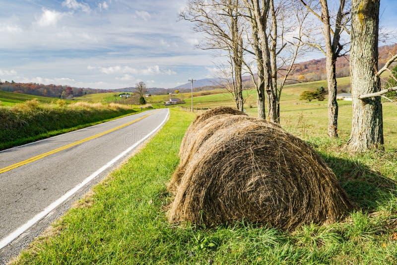 Hay Bales durch eine Grafschafts-Straße stockfoto