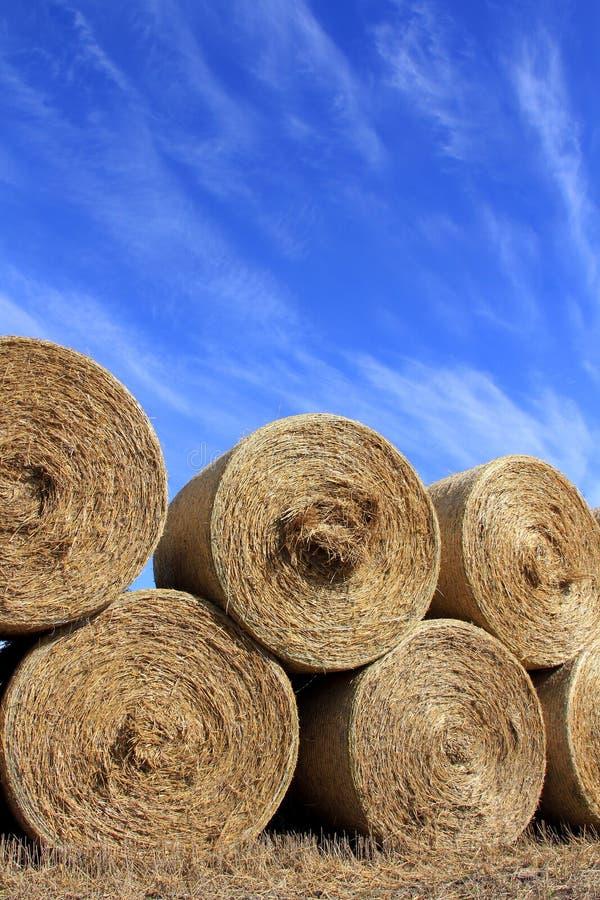 Hay Bales rond contre le beau ciel images stock