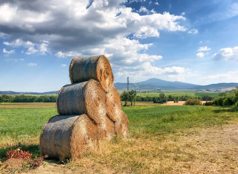 Hay Bales in Toscanië, Italië in lentetijd royalty-vrije stock afbeelding