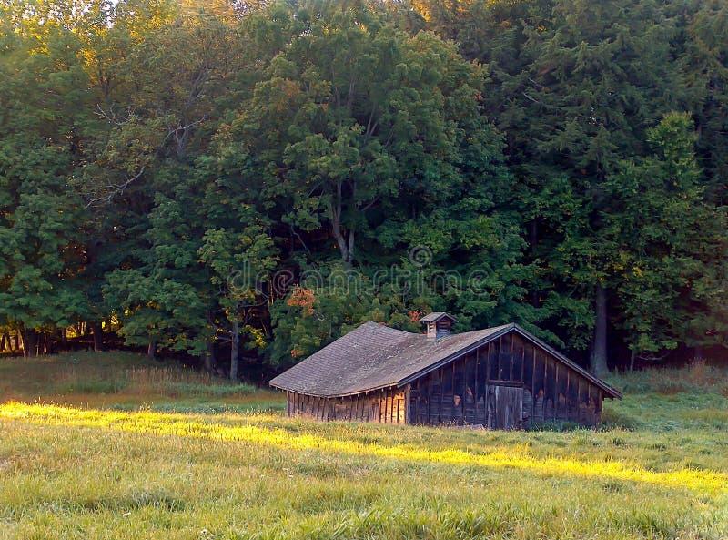 Hay Barn abandonné au lever de soleil photos libres de droits