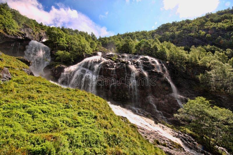 Hay centenares de cascadas hermosas en Escandinavia imagen de archivo libre de regalías