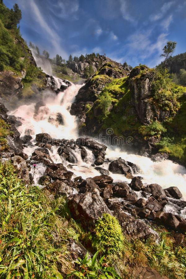 Hay centenares de cascadas hermosas en Escandinavia foto de archivo