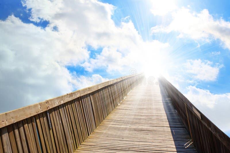 Hay el cielo ligero en el extremo del puente fotos de archivo