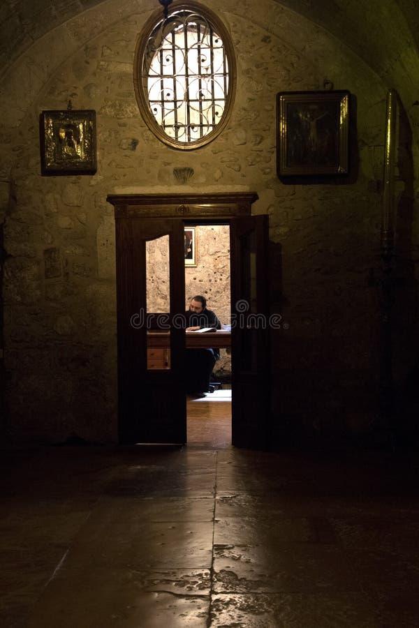 Hay Servant écrit quelque chose avec la porte entrebâillée image libre de droits