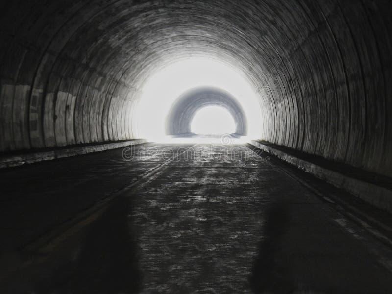 Hay siempre una luz en el extremo del túnel fotos de archivo