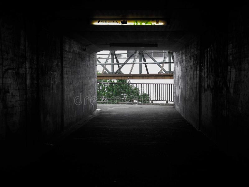 Hay siempre una luz en sus trayectorias más oscuras fotos de archivo