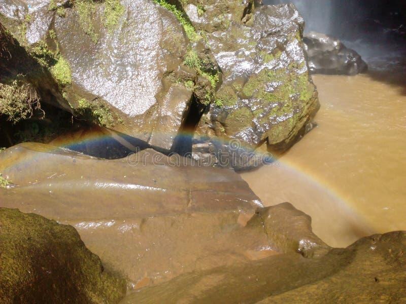 Hay un arco iris sobre la gran piedra fotografía de archivo libre de regalías
