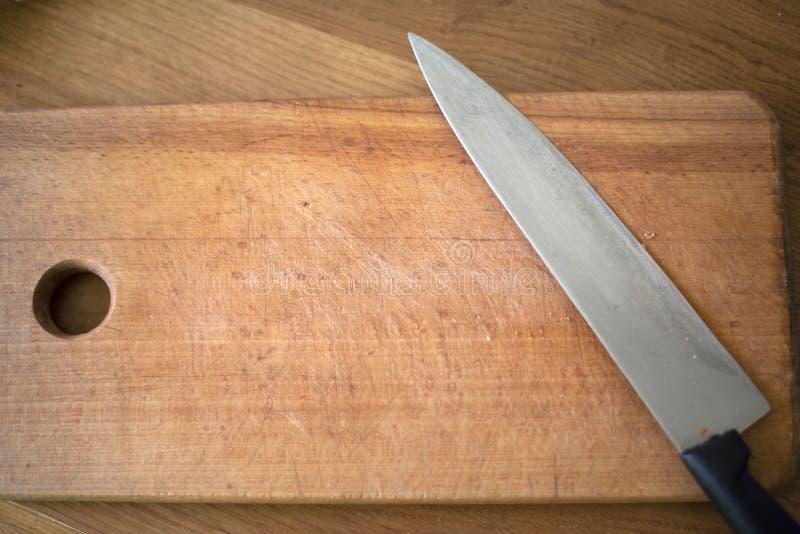 Hay un cuchillo en el tablero foto de archivo libre de regalías