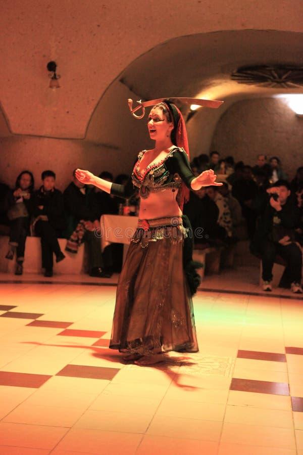 Danza de vientre con una espada en noche turca en Turquía cerca de Cappadocia imagen de archivo libre de regalías