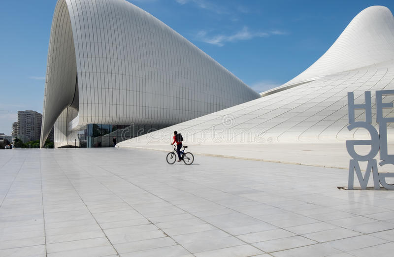 Haydar Aliyev Centre projetou pelo arquiteto Zaha Hadid imagem de stock royalty free