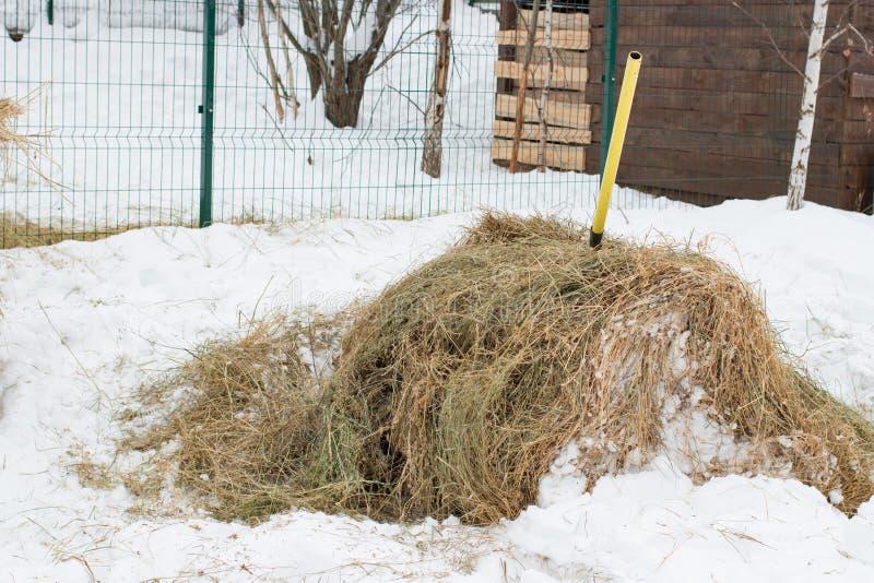 Haystack nella neve d'inverno fotografia stock