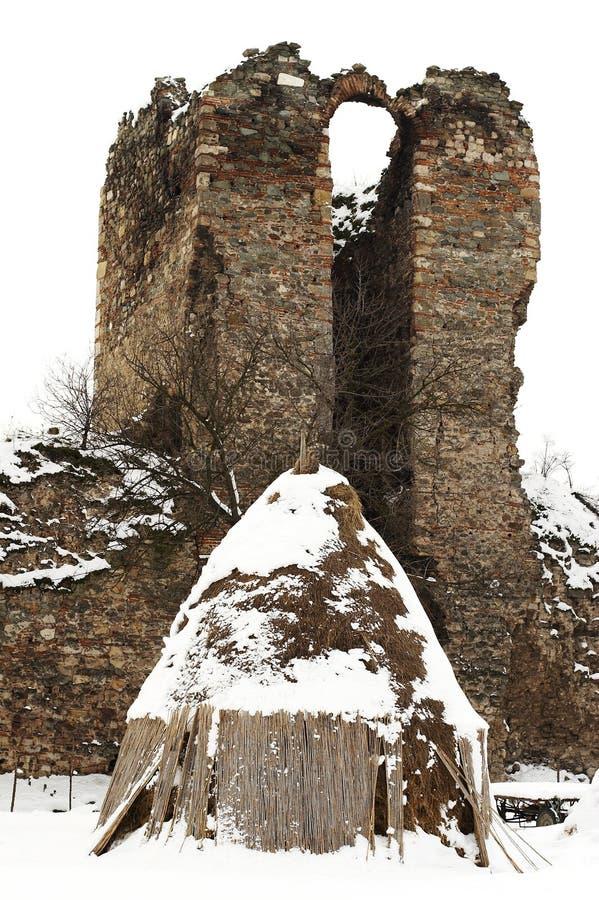 Haystack viejo de la granja con el castillo arruinado foto de archivo