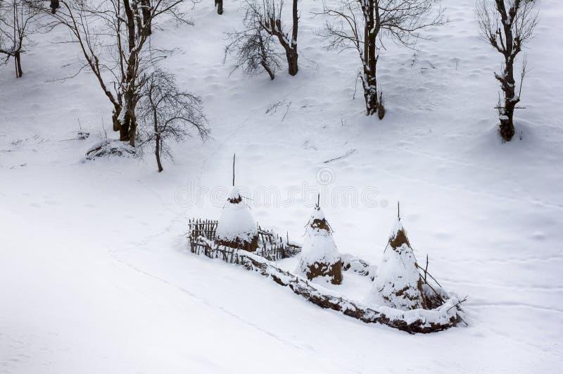 Haystacks Na wzgórzach rozpraszających Jak nakrętki fotografia royalty free