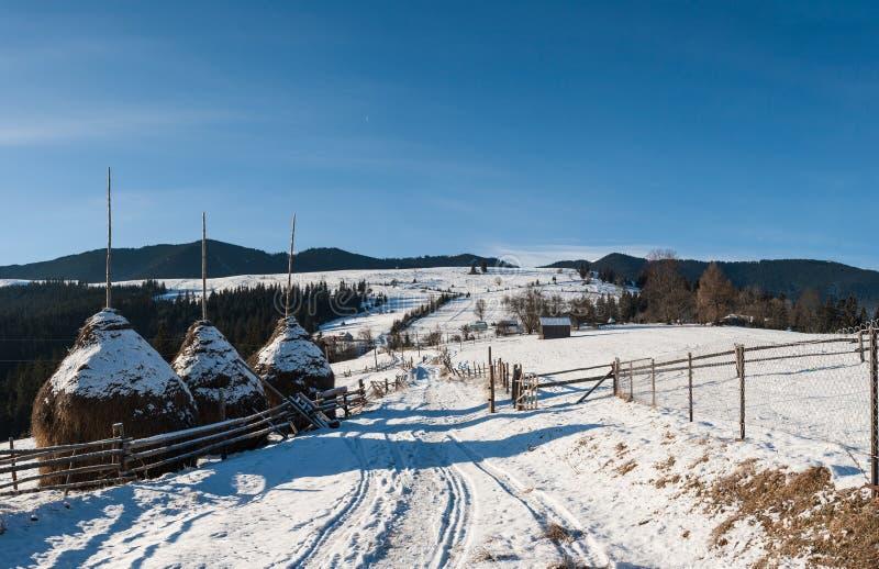 Haystacks w zimy wiosce zdjęcia stock
