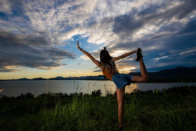 Haz de la nube de la puesta del sol al woma asiático adulto joven fotos de archivo libres de regalías