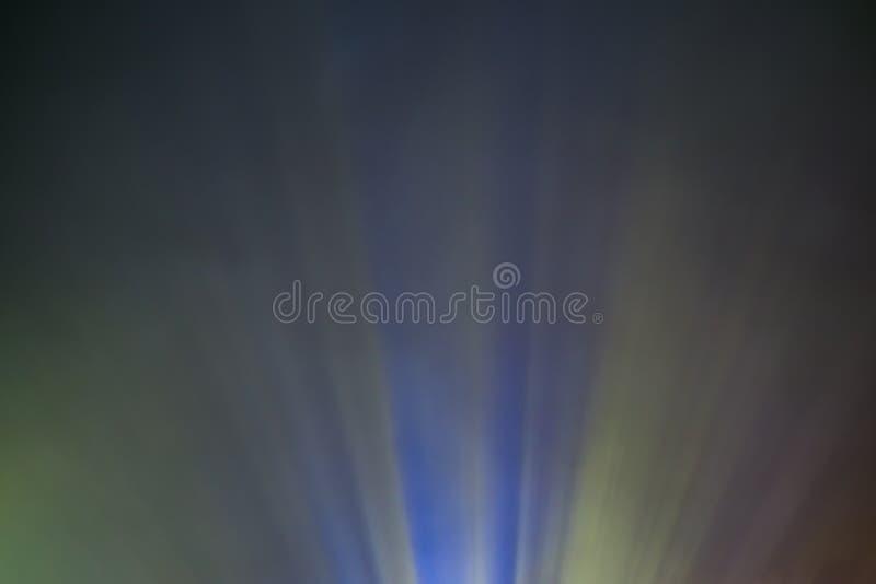 Haz luminoso coloreado proyector a través del humo para la película y cine en la noche imágenes de archivo libres de regalías