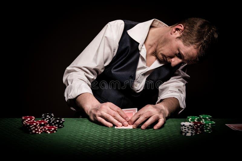 Hazardzista sprawdza karty zdjęcie royalty free