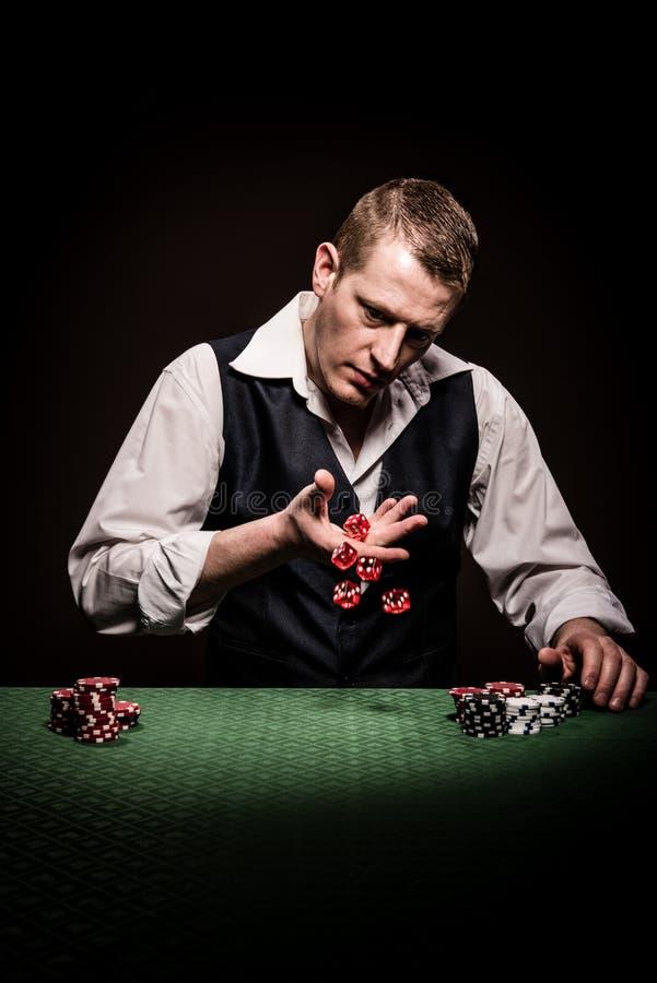 Hazardzista stacza się kostka do gry zdjęcie stock