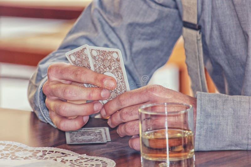 Hazardzisty karta do gry gry i pić alkohol zdjęcie royalty free