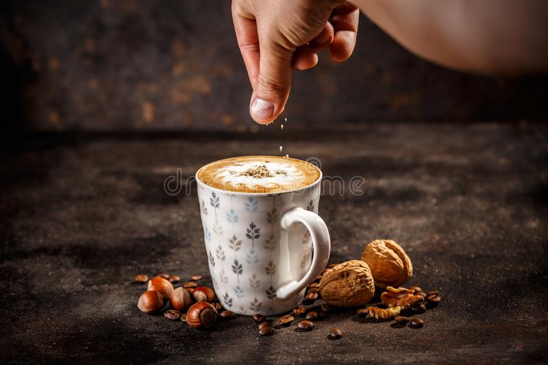 Hazelnoot en okkernoot op smaak gebrachte koffie latte stock fotografie