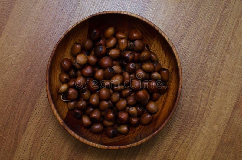 Hazelnut w drewnianym talerzu Karmowy t?o, fotografii tapeta obrazy royalty free