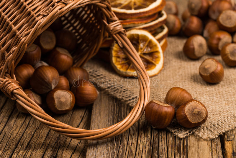 Hazelnuts w koszu na starym drewnianym stole zdjęcie royalty free