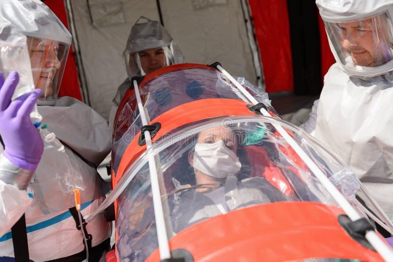 HAZMAT-Team mit Patienten auf Bahre lizenzfreies stockfoto