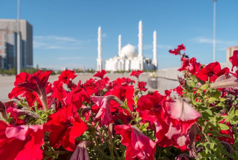 Hazrat苏丹清真寺在背景中 阿斯塔纳卡扎克斯坦 库存图片