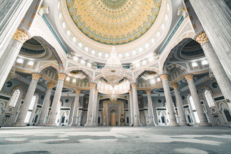 Hazrat Sultan Mosque dentro la stanza Astana il Kazakistan di preghiera fotografia stock libera da diritti
