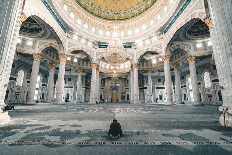 Hazrat Sultan Mosque inom bönrum Astana Kasakhstan royaltyfri bild