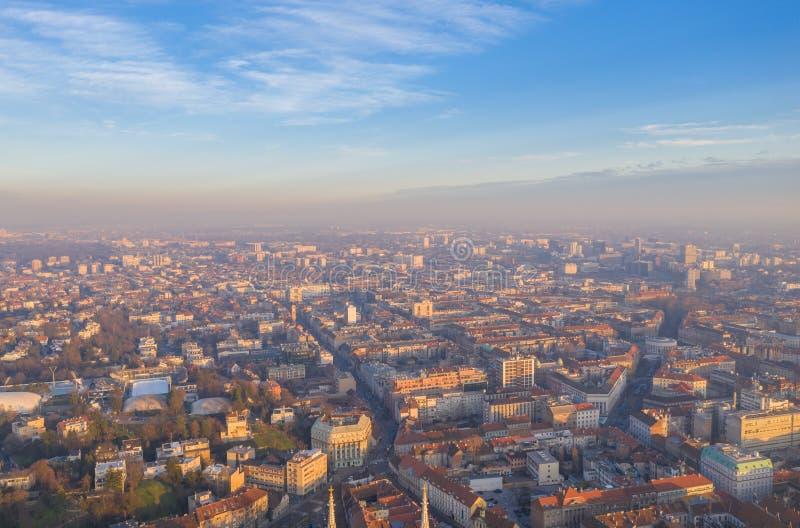 Hazy, Foggy e Misty Zagreb Cityscape, Croácia Luz do Sol no Fundo fotos de stock
