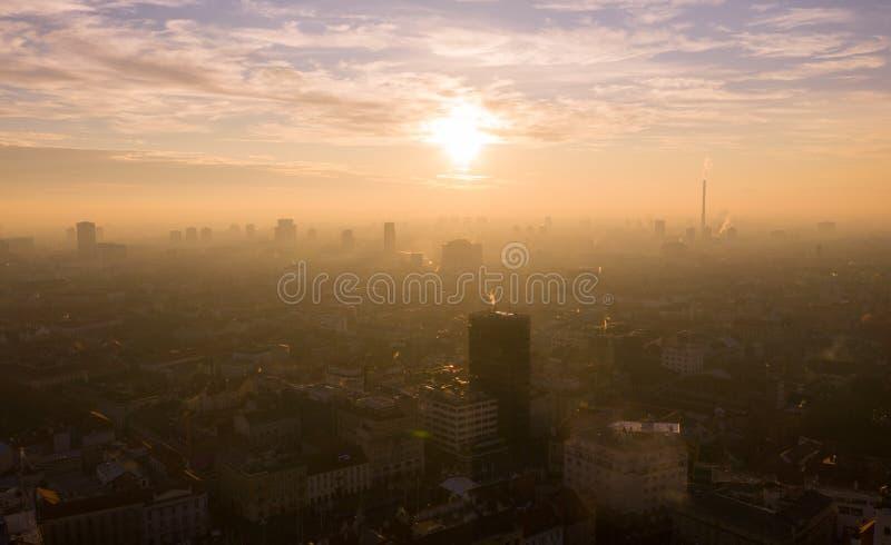 Hazy, Foggy e Misty Zagreb Cityscape, Croácia Luz do Sol no Fundo foto de stock royalty free