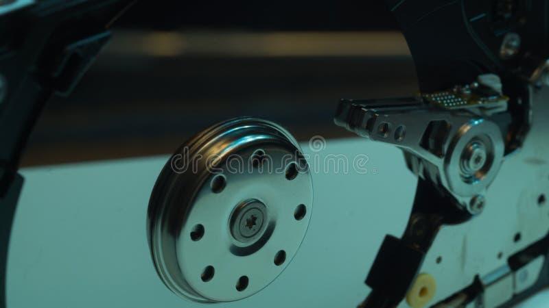 HDD öppen hard för diskdrev Begreppet av datalagring datasamling Hårddisk från datoren hdd med spegeleffekt royaltyfri foto