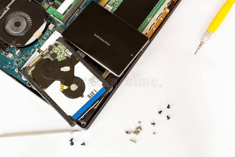 Hdd bryła i dysk - twierdzi przejażdżkę nad demontującym notatnikiem przy elektronicznym usługowym centrum Zastępstwo narzędzia k fotografia royalty free