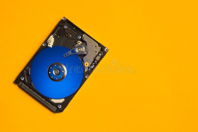 Hdd colorido Abra el mecanismo impulsor de disco duro El concepto de almacenamiento de datos arsenal de datos Disco duro del orde foto de archivo libre de regalías