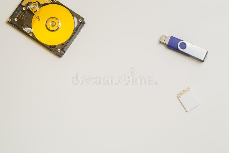 Hdd colorido aislado en blanco unidad de disco duro con la tarjeta de memoria y el usb Disco duro del ordenador Copie el espacio fotos de archivo