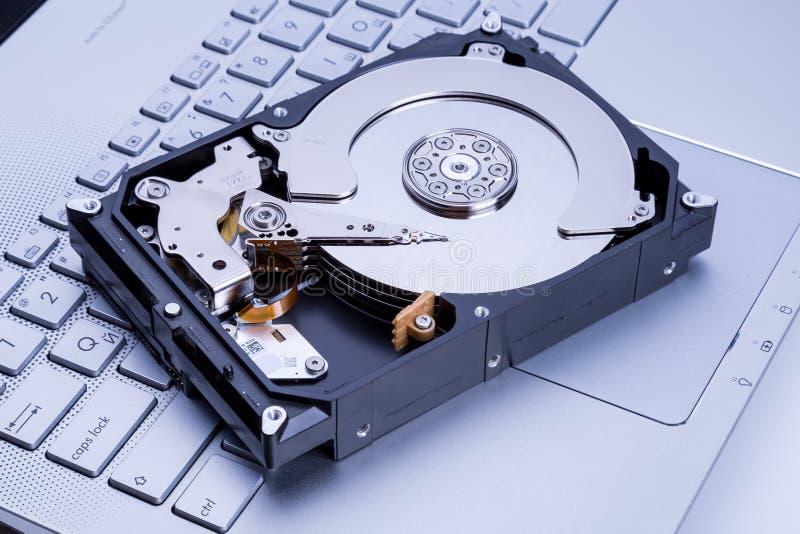 HDD nad notatnik klawiaturą obraz stock