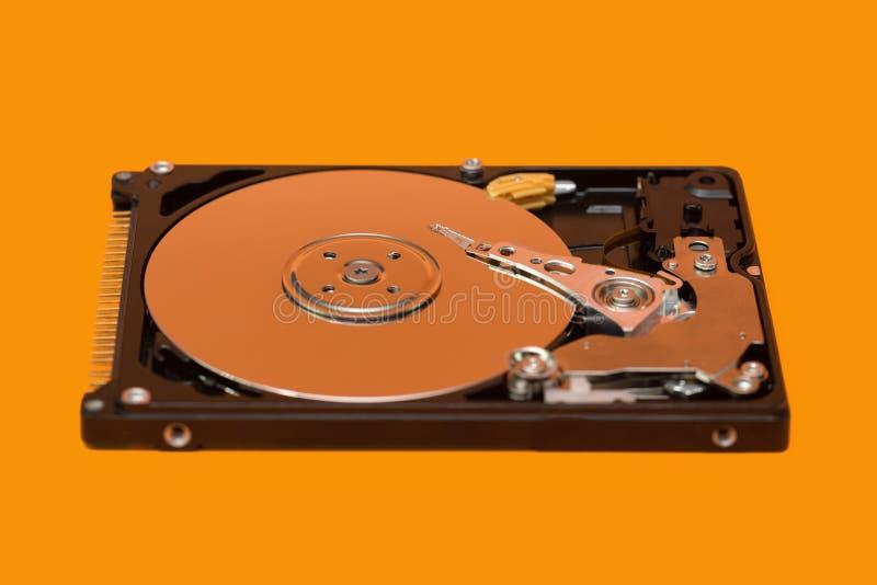HDD Ouvrez le disque dur sur le fond orange image stock