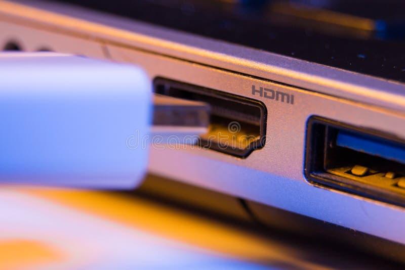 HDMI缆绳插座特写镜头被插入入口岸在一l一边 库存图片