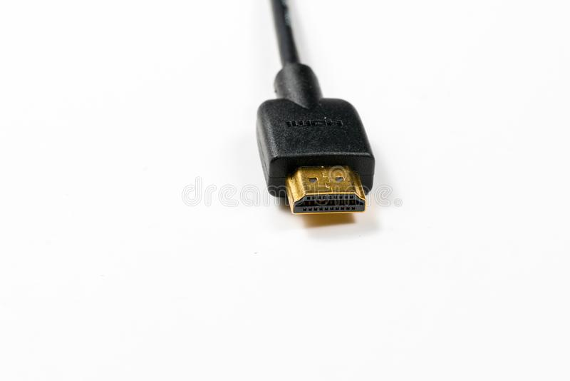 HDMI-kabel med guld- pläterade kontaktdon på vit bakgrund arkivbilder